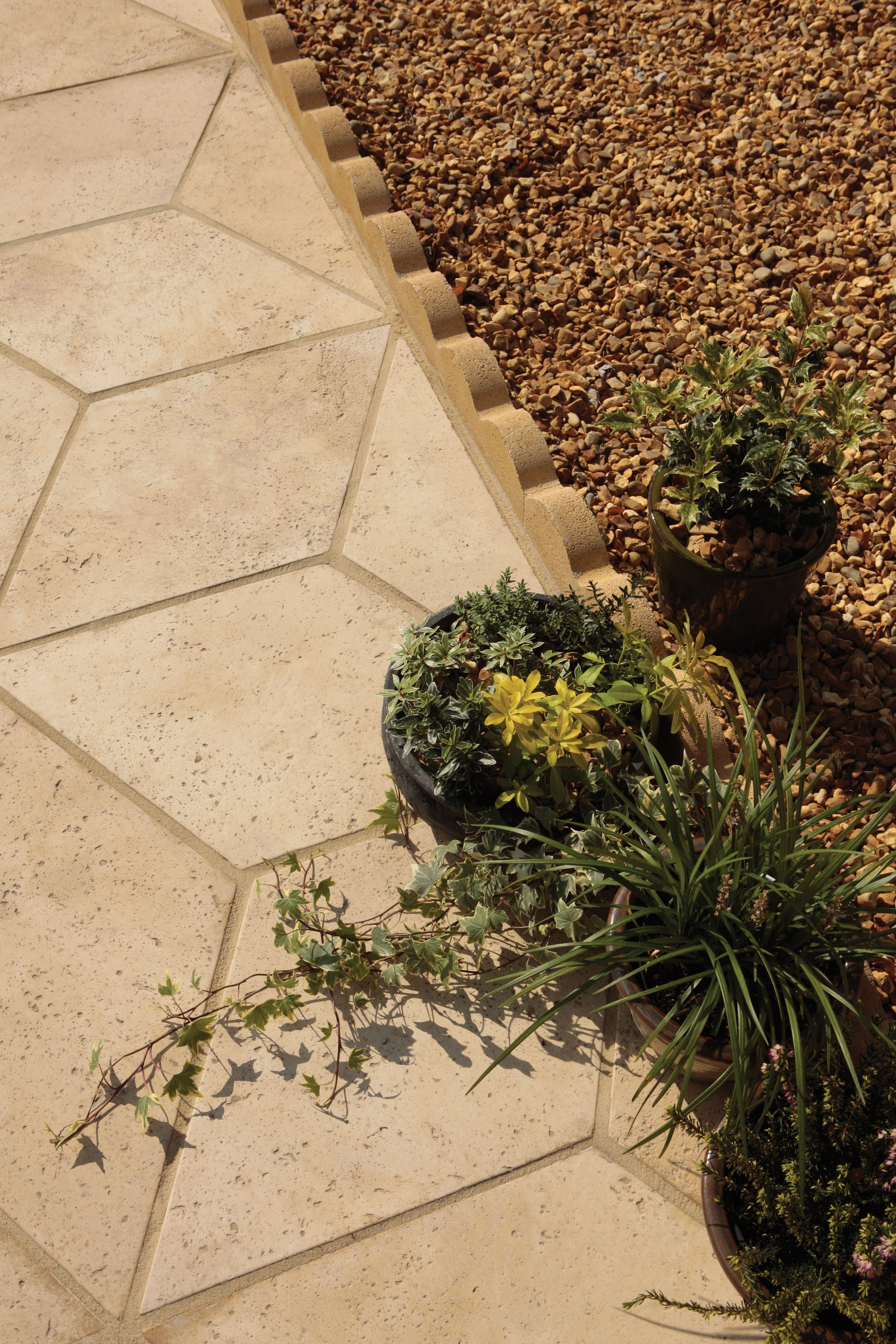 Scalloped Edging Is The Ideal Finish To Really Bring A Contemporary Twist To Your Garden Design With Its Flowing Curv Garden Edging Contemporary Garden Garden