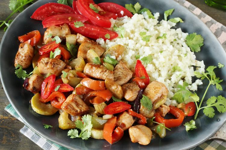 دجاج سترفراي بالفلفل الأحمر للرجيم استمتعي بمذاق طبخات الدجاج المخصصة للرجيم حضرناها لك Cobb Salad Cooking Food