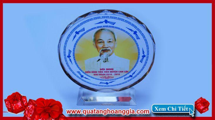 Quà tặng cho đại hội đảng ý nghĩa sang trọng và đáng nhớ với chiếc kỷ niệm chương pha lê mặt nguyệt 12cm long lanh tươi mới