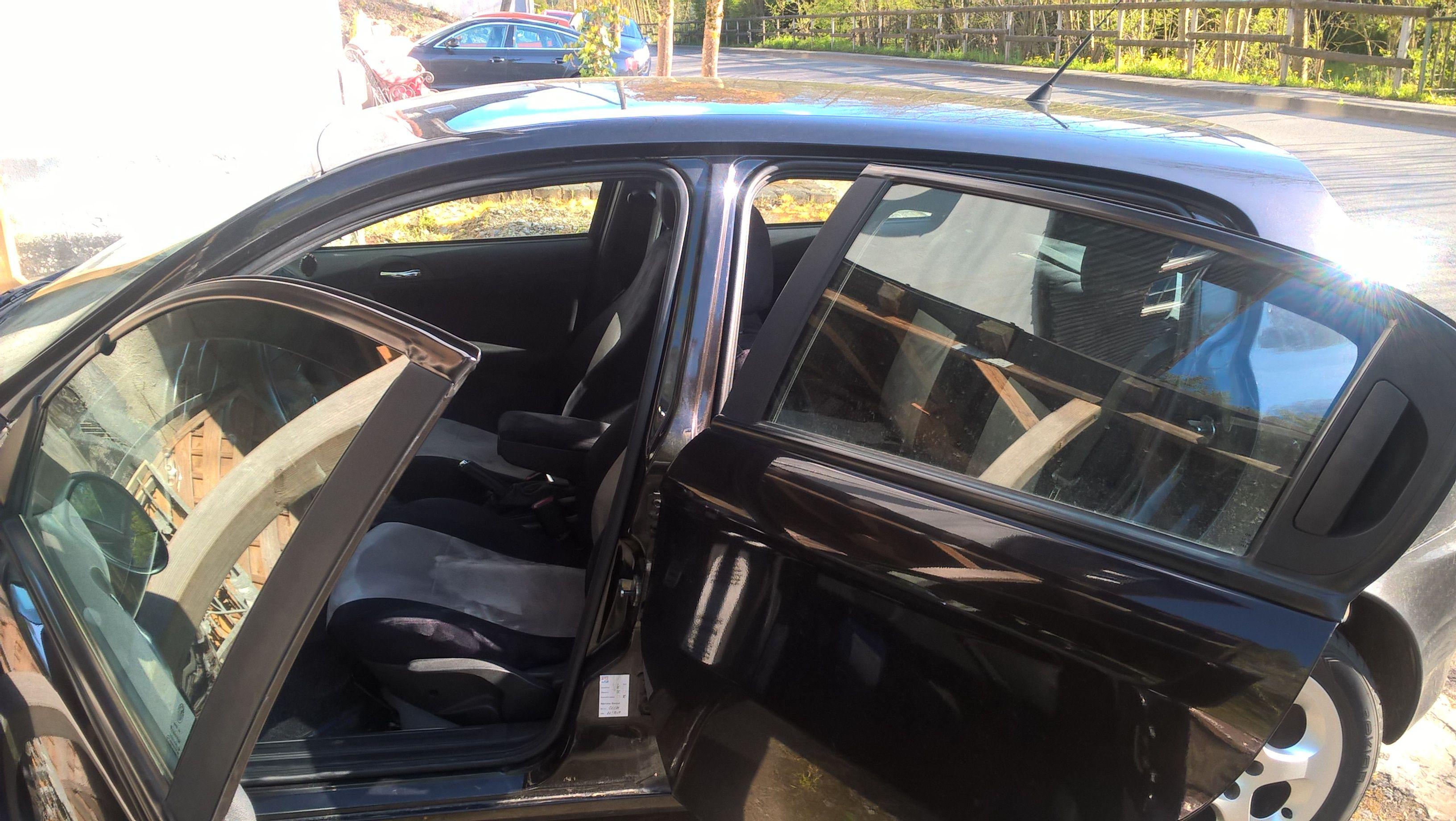 Alfa Romeo 147 Autositzbezüge nach Maß in der Alkantara gesamt Variante. Mittelstreifen Alkantara A.6 dunkelgrau und Seitenwangen + Rücken Alkantara A.9 schwarz #Alfa, #Tuning, #Sitzbezuege, #Tuning