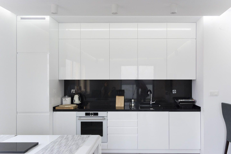 Biala Kuchnia Z Czarnym Blatem Kitchen Appliances Kitchen Home Decor