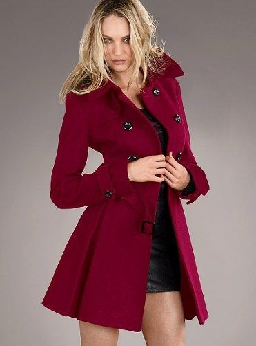 e62a797bbf8 Lucir un buen abrigo, que realce la figura y de ese calorcito que tanto  añoro, se llevan los abrigos morados, color vino tinto y color verde  militar.