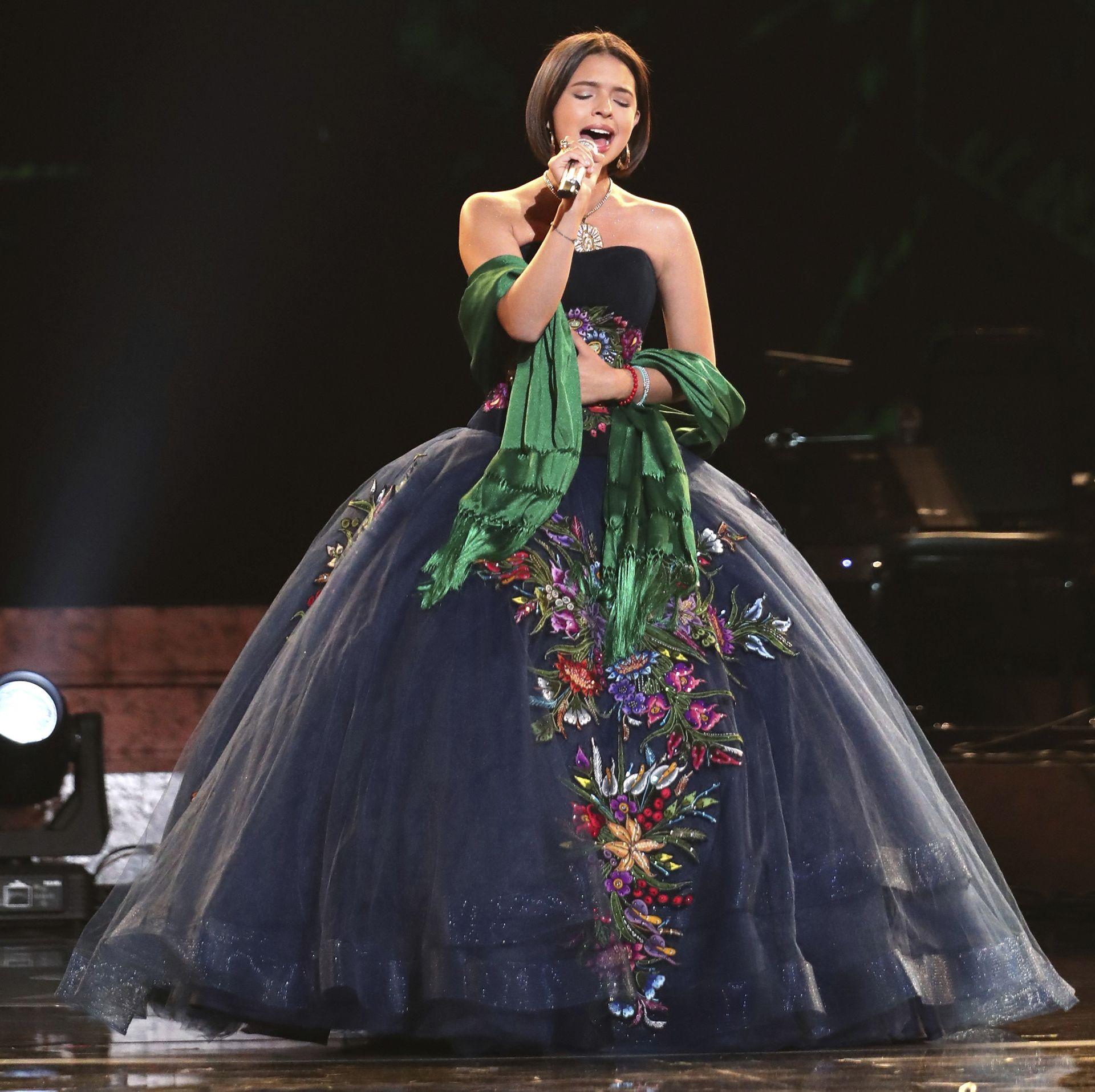 Angela Aguilar Subió Al Escenario A Cantar Con Un Vestido