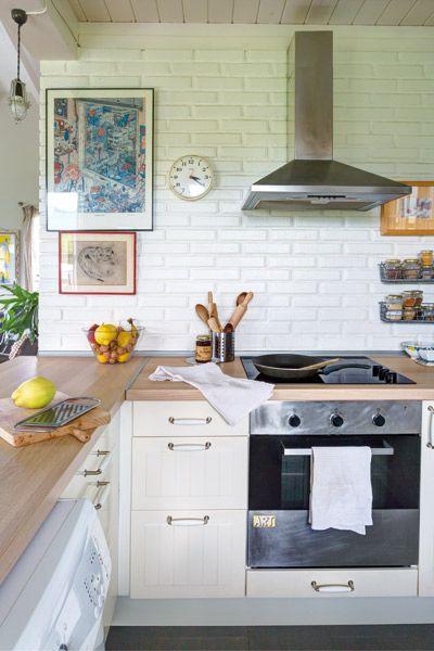 Na cocina americana con muebles de ikea y revestimiento de for Muebles con ladrillos