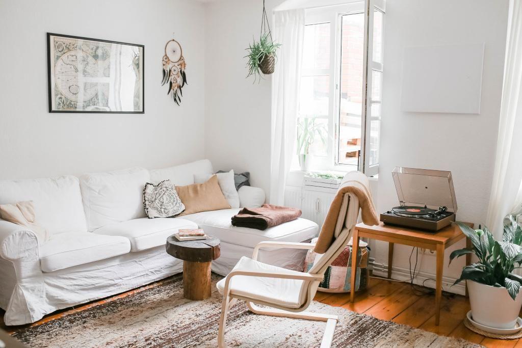 Lichtdurchflutetes Wohnzimmer mit großem Teppich und - einrichtung wohnzimmer