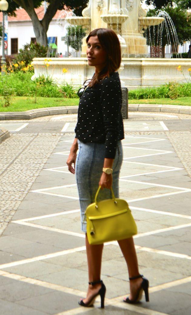 Look falda midi denim topitos blanco negro lunares mango furla velvet  rayban 5.51  kissmylook 282bda684905
