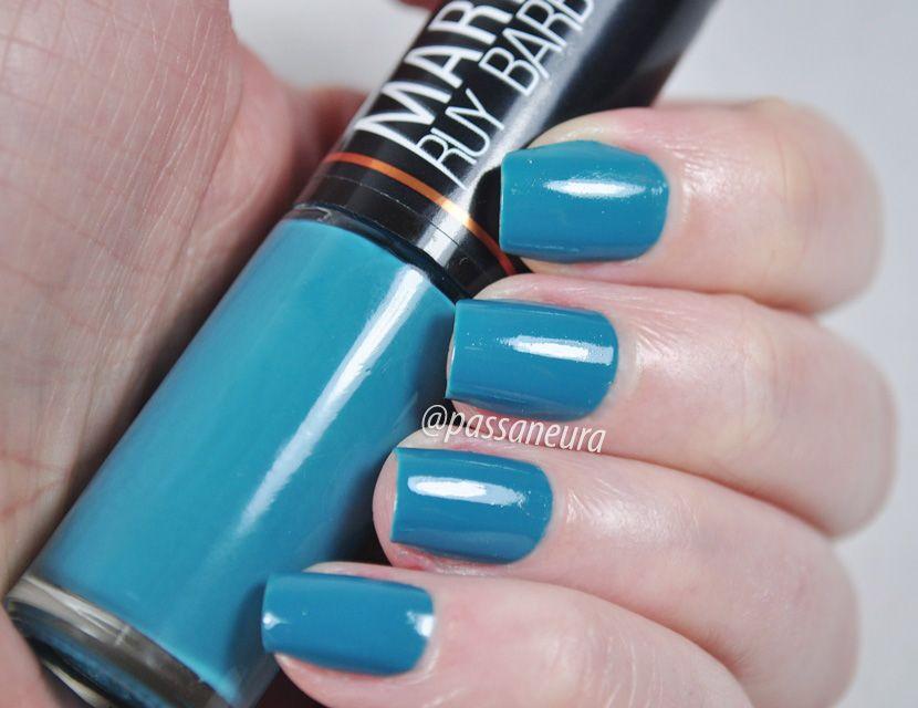 O esmalte Vintage é um esmalte azul com um toque de cinza. O seu acabamento é cremoso e ele pertence à coleção Marina Ruy Barbosa da Hits Speciallità.