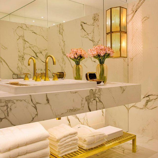 Con un espejo de pared y delicadas flores enmarcando este baño ...