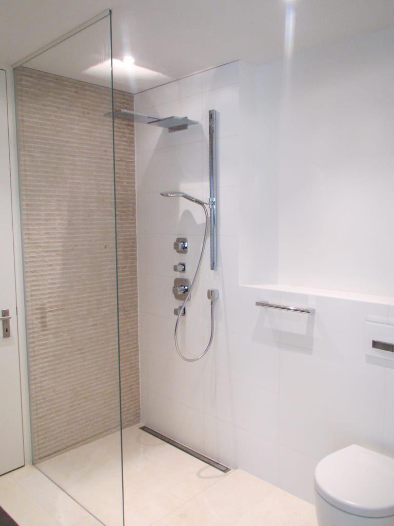 Begehbare Duschen Moderne Badezimmer Von Bauarena Modern Innenhofgestaltung Finde Moderne Badezimmer Innenausstattung Badezimmer Gestalten Modernes Badezimmer