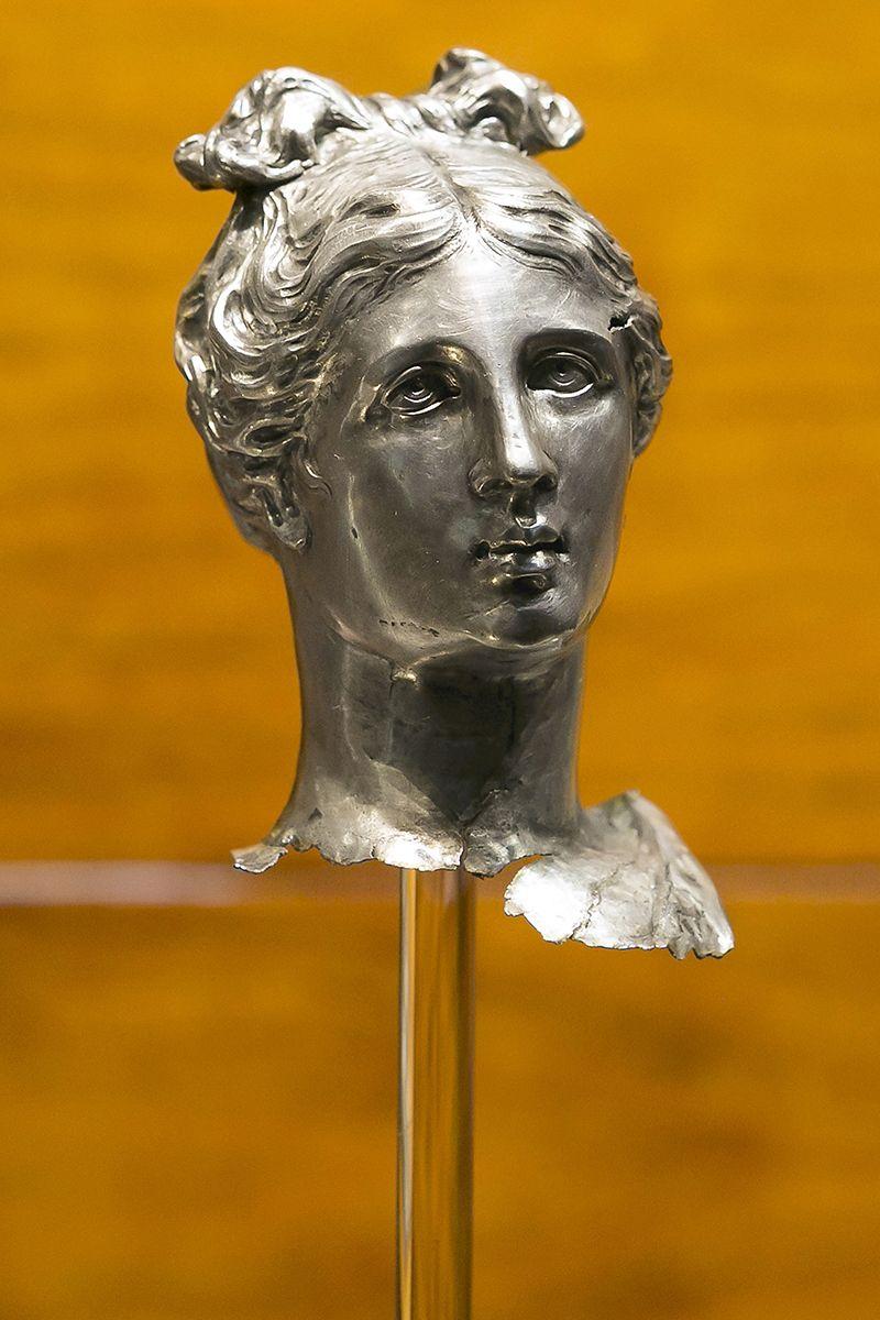 Testa di statuetta femminile in argento, Museo di Antichità di Torino.