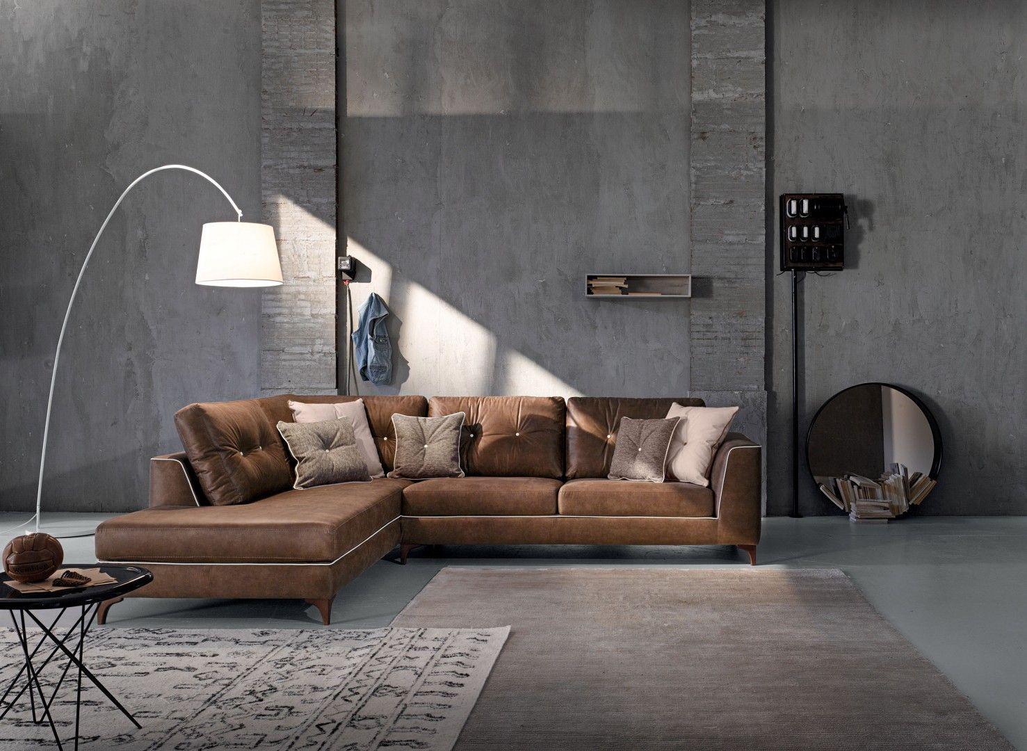 Divani Soggiorno ~ Soggiorno classico con un divano di colore bianco e parete