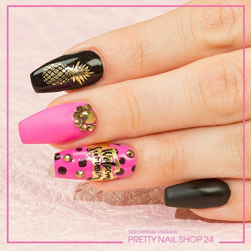 Wenn Du auf den ersten Blick nicht unterscheiden kannst ob es ladylike oder rockig ist dann bist Du bei dem aktuellen Trend rockiges Pink angekommen. Wie gefällt Dir der Sommer-Knalllook? #pink #black #ananas #prettynailshop24 #jolifin #nails #jolifinlaveni #nail #beauty #pns24 #nailoftheday #nailstagram #nailporn #naildesign #nailpolish #nailsonfleek