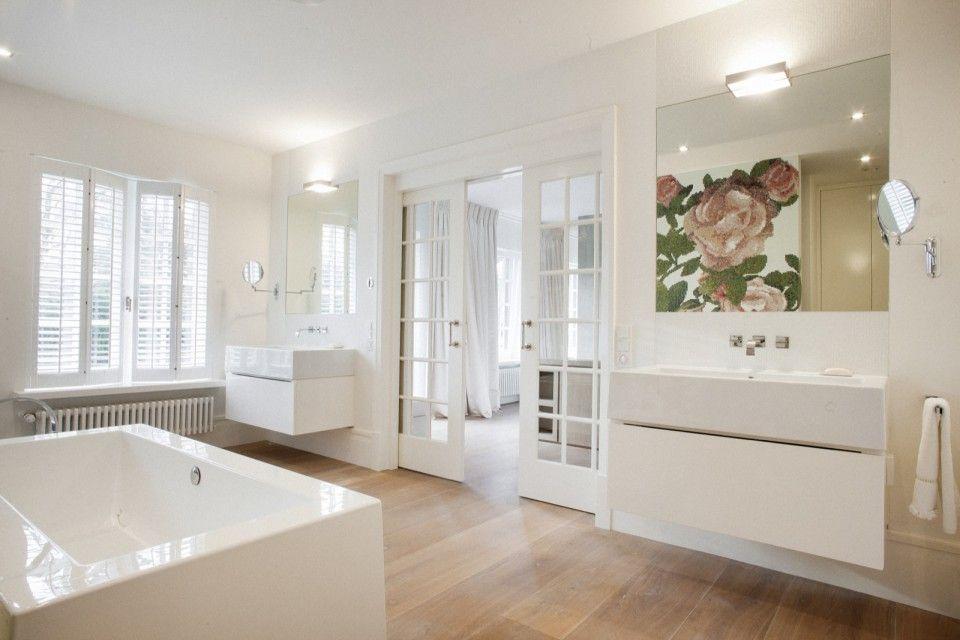 Badkamer met rechthoekige badkuip en glasmozaïek