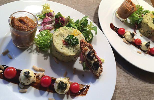 Unesalade de pomme de terre avec une purée de ratatouille servie en verrine un coup de pinceau au vinaigre balsamique pour faire un joli tableau et l'indispensable pesto de la cuisine méditerranéenne. Et des krisprolls … dans cette recette ce sont ceux aux fibres et au lin, idéal pour combattre le cholesterol … #sansgluten #diabète #recette