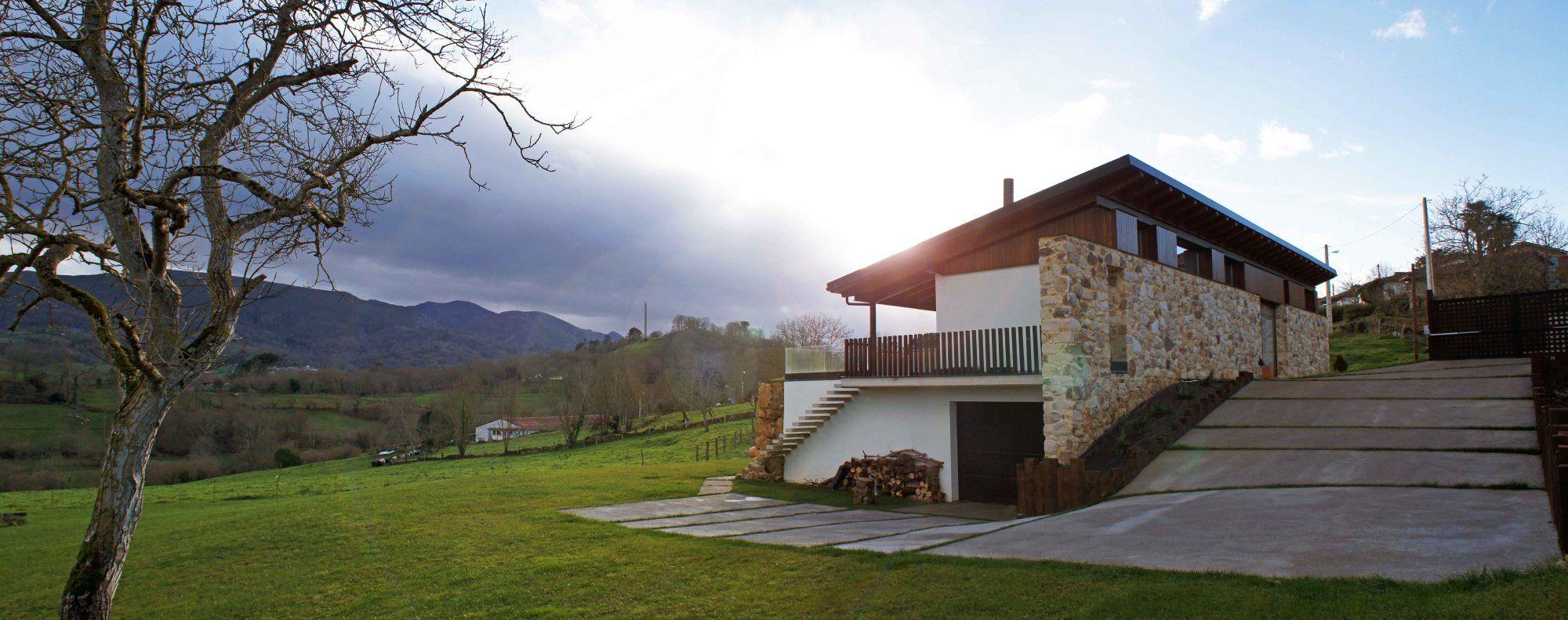 Vivienda en Valles, Piloña, Asturias. Proyecto actualmente en ejecución de una vivienda unifamiliar en el pueblo de Valles, en Piloña, Asturias.Uno de los aspectos más destacados de este proyecto …