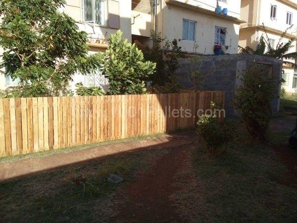 Backyard Pallets Fence   Pallet fence, Backyard fences ...