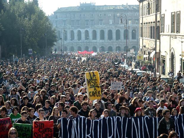 24-nov-12 - Manifestantes reclamam dos cortes na educação com novas medidas de austeridade. Milhares de estudantes e sindicalistas se manifestaram neste sábado em Roma para protestar contra os cortes na educação pela política de austeridade do governo de Mario Monti, em meio à forte segurança que impediram que a marcha chegasse à Câmara dos Deputados. Roma amanheceu repleta de zonas cercadas e patrulhada por policiais, carabineiros e guardas, enquanto helicópteros sobrevoaram a cidade.Foto…