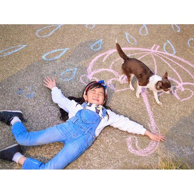 チョコの胴が長すぎて猫に見える🐈笑 イッチーはじっとしてくんないから一緒に撮れない。笑 でもイッチーはバカなとこが可愛い🐶❤笑 . . . . #チョーク#愛犬#チワワ#仲良し#落書き#ファインダー越しの私の世界#kids#ig_kidsphoto#ig_japan#mamasta_kids#キッセレ#キッズレート#Chihuahua#女の子#Nikon#写真部#ポトレ#ママカメラ #最近事あるごとにおっけーバブリーばっかり言う#やめれ #できればドラえもんあるある歌うのもやめてほしい