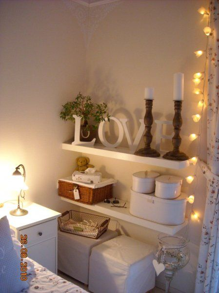 Schlafzimmer - Regal beim Bett \u2026 Pinteres\u2026 - Schlafzimmer Landhausstil Weiß