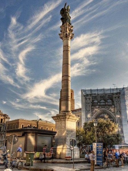 Colonna di Sant'Oronzo: la colonna, intitolata al santo protettore della città, fu eretta per volontà della cittadinanza nel 1666, come ex-voto dopo la funesta epidemia di peste che aveva colpito la città dieci anni prima