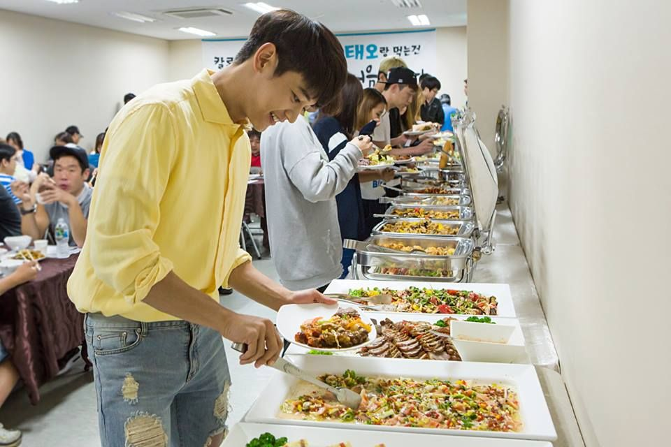 """Minho SHINee my bias😘😘 That smile by seeing food ...""""god!!today I'm gonna finish this everything""""😂😂 Food lover😘😘"""