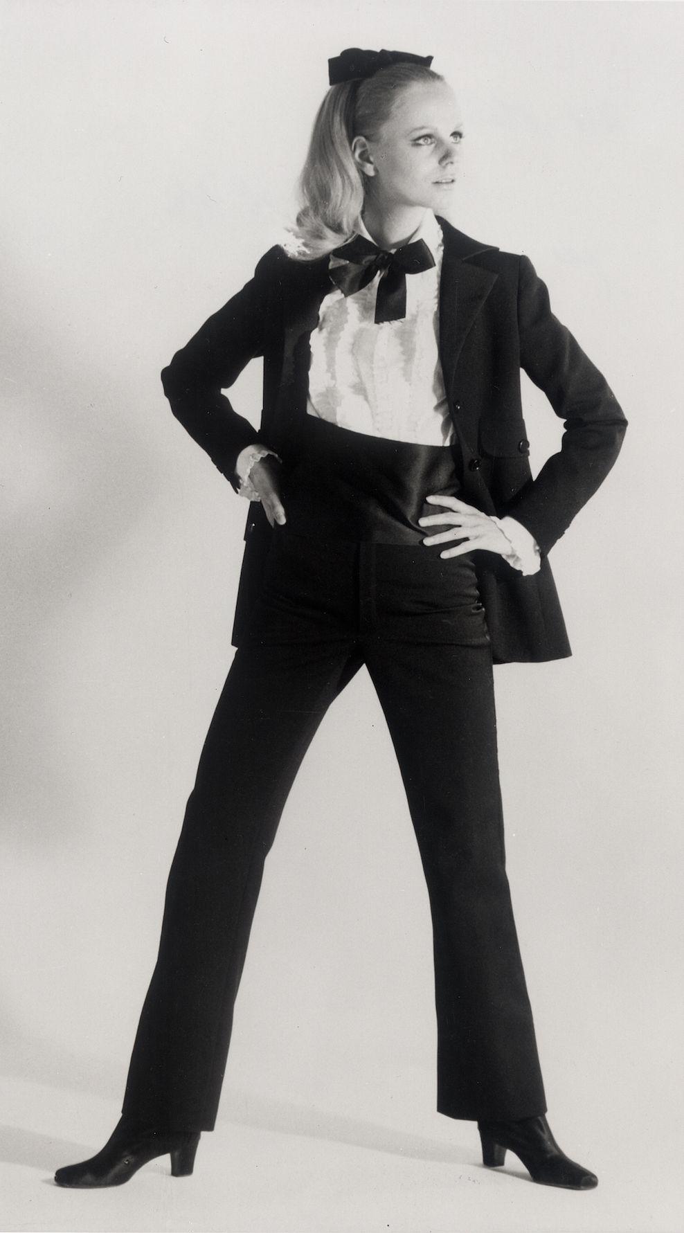 723df8e3f6 Le premier smoking pour femmes, inventé par Yves Saint Laurent en ...