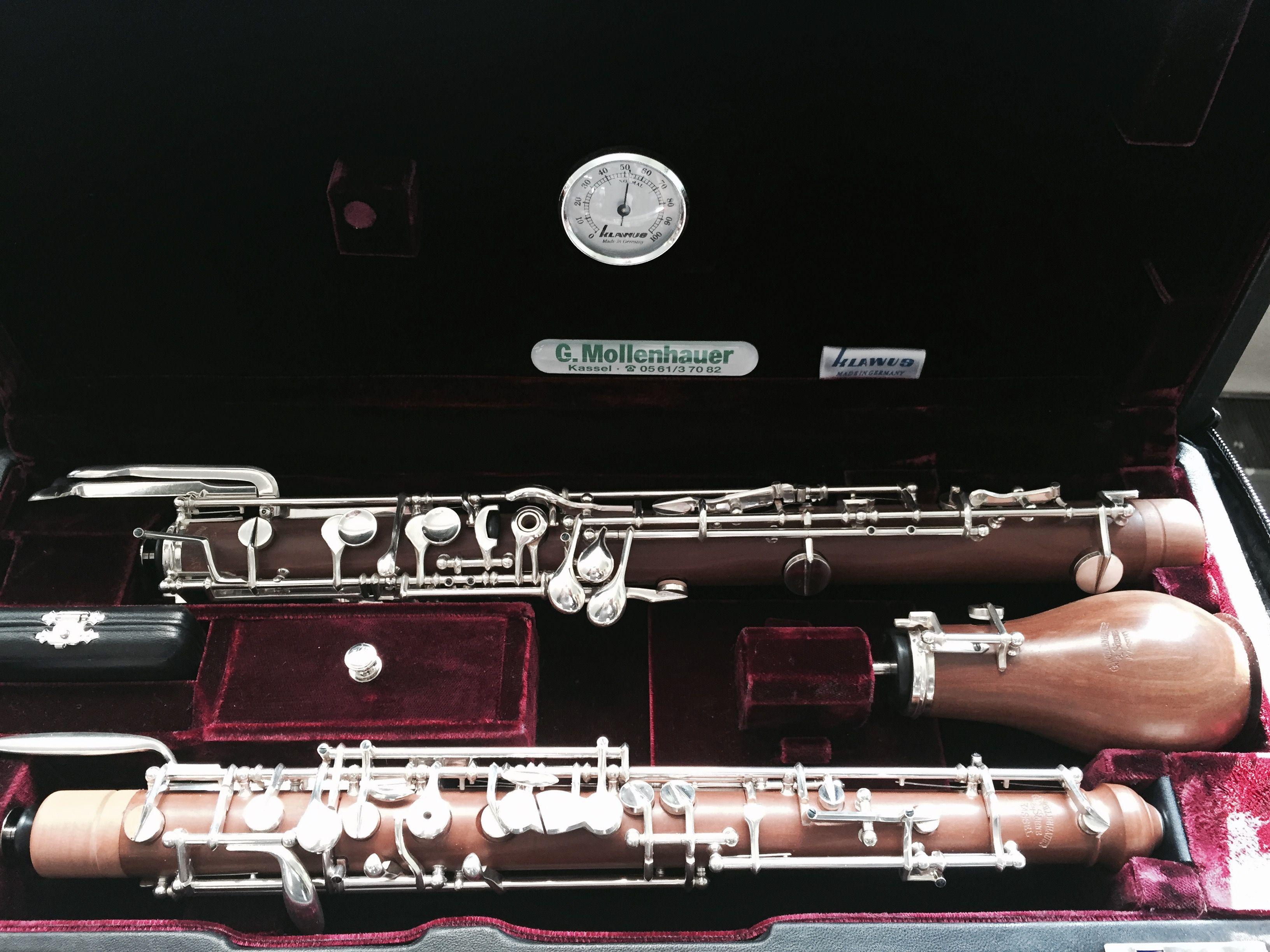 Unser Englischhorn. Wir gehen neue Wege, um Ihnen das Spielen zu erleichtern. Dank neuer Verfahren präsentieren wir unser Englischhorn auch in Birnenholz. Der Vorteil? Das ganze Instrument wird leichter und somit auch für Sie komfortabler zu spielen. Außerdem hat es einen traumhaft weichen Klang und Charakter bekommen.