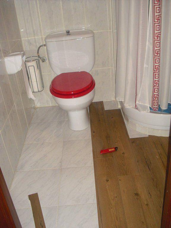 Suelo vinilo mi ba o en 2019 bathroom tile floor y for Vinilo adhesivo suelo bano