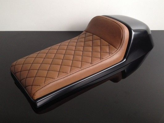 cafe racer sitzbank universal eckiger h cker braun. Black Bedroom Furniture Sets. Home Design Ideas