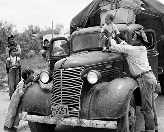 Russell Lee. San Angelo. A family moving to Wyoming to work in the sugar beet fields.1949. Center for American History. University of Texas at Austin.