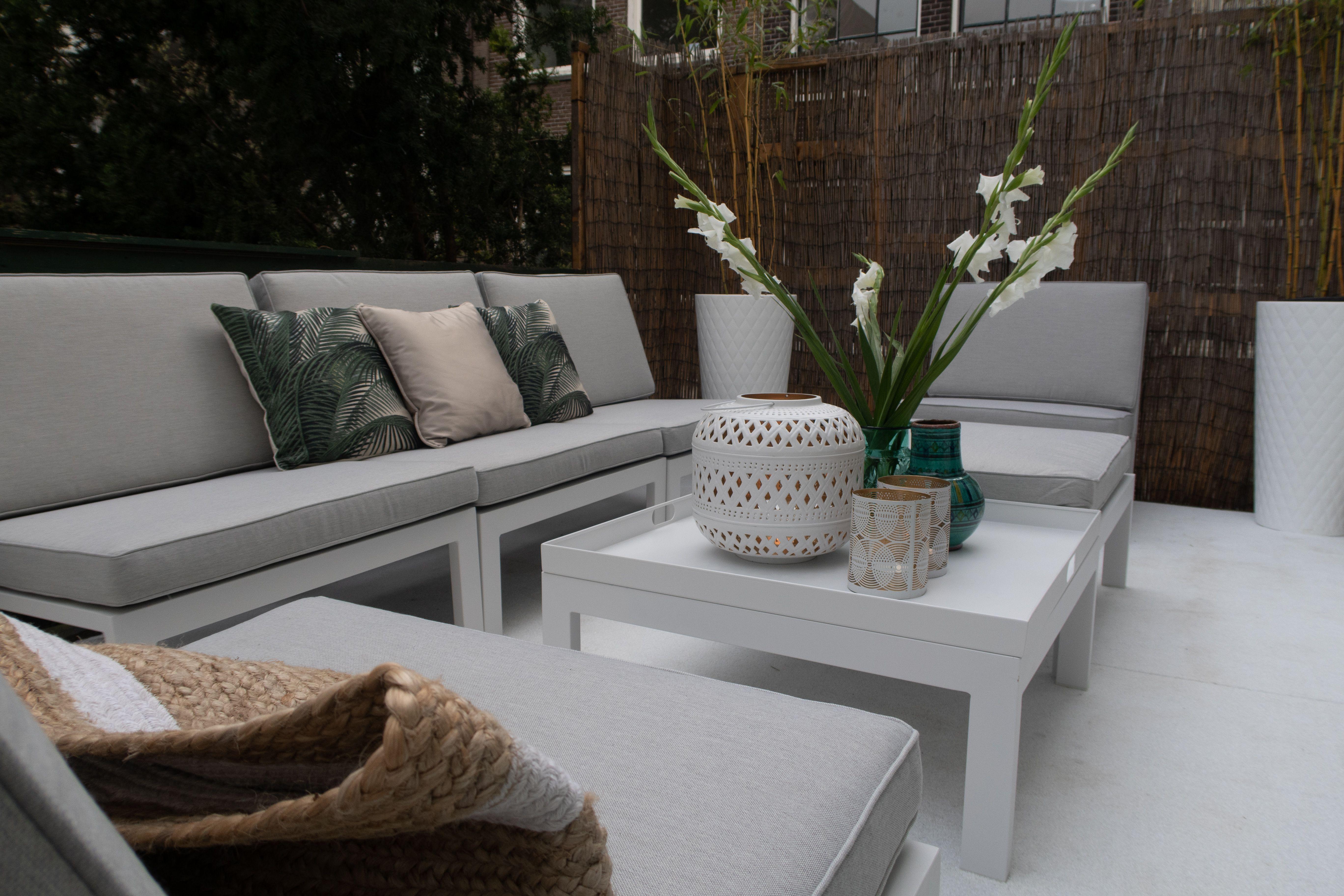 Ideen Fur Einen Kleinen Balkon Modernes Und Klares Design In Der Trendfarbe Weiss Balkonmobel Gartenm Gartenmobel Lounge Set Lounge Gartenmobel Gartenmobel