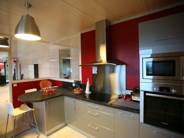 Cuisine moderne avec mur peint en rouge et verrière intérieur On