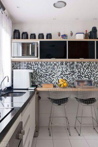 Apartamento de 105 m repleto de cores e arranjos de - Mesa esquinera cocina ...
