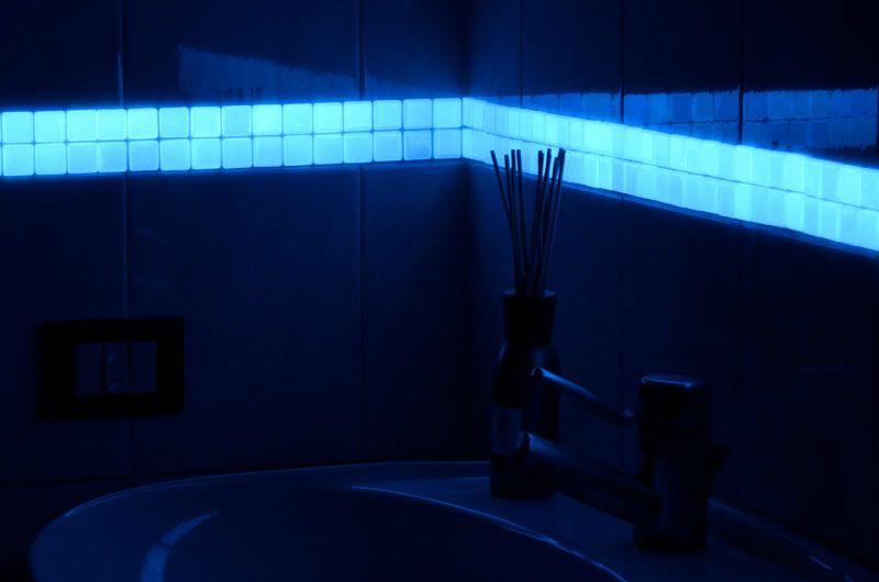 listelli decorativi in vetro fotoluminescente in varie miscelazioni colorate applicabili a parete e a pavimento per dare una speciale e magica atmosfera