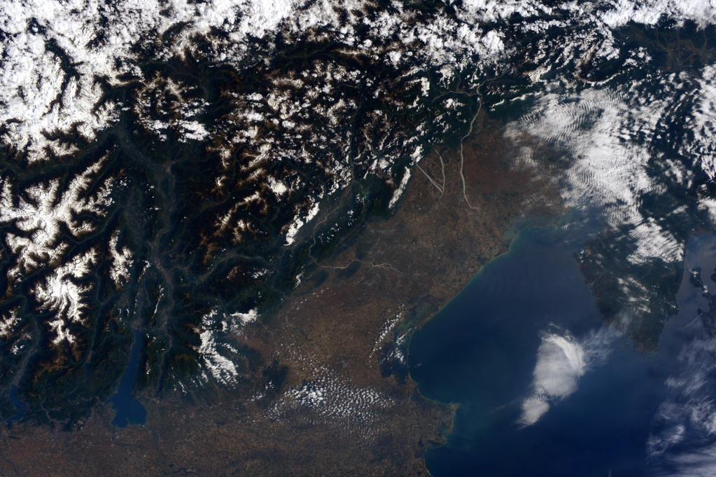 Sam Cristoforetti @AstroSamantha (IT) Un giorno quasi senza nuvole questo martedì sul nord est dell'Italia.