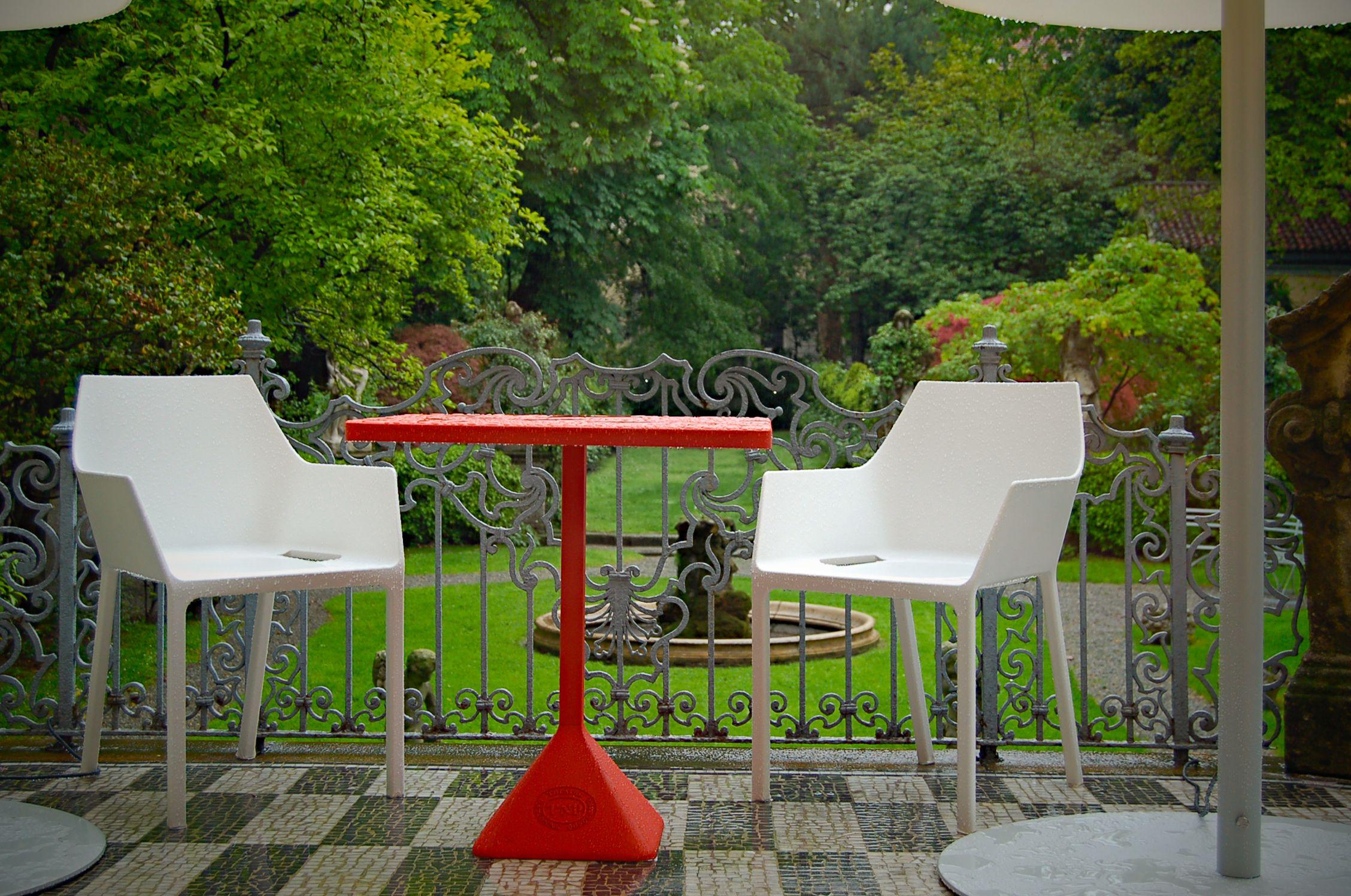 TNP kültéri asztal + Mem kültéri szék. Christophe Pillet