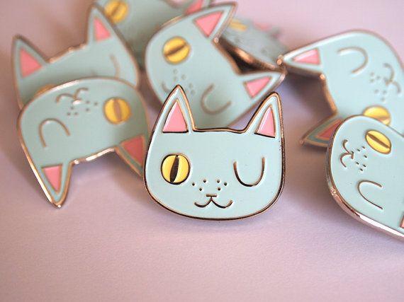 He encontrado este interesante anuncio de Etsy en https://www.etsy.com/es/listing/230002556/enamel-cat-lapel-pin-cat-pin-enamel-pin