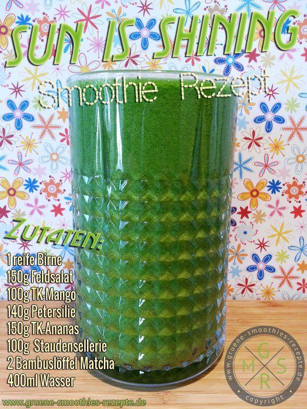 Grüner Smoothie mit Matcha, Petersilie, Feldsalat, Staudensellerie, Ananas, Mango und Birne