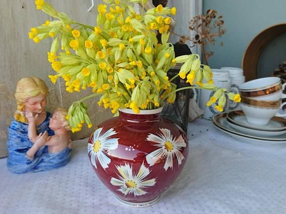 2-1Original Germany VintageA small table vase of Woodpecker's Fountain, gdr, ca 60s / 70s, good condition. Floral décor on the brown glaze give the vase a vintage style. HandpaintedThe height of the vase is about 13 cm.Good condition with low traces of life