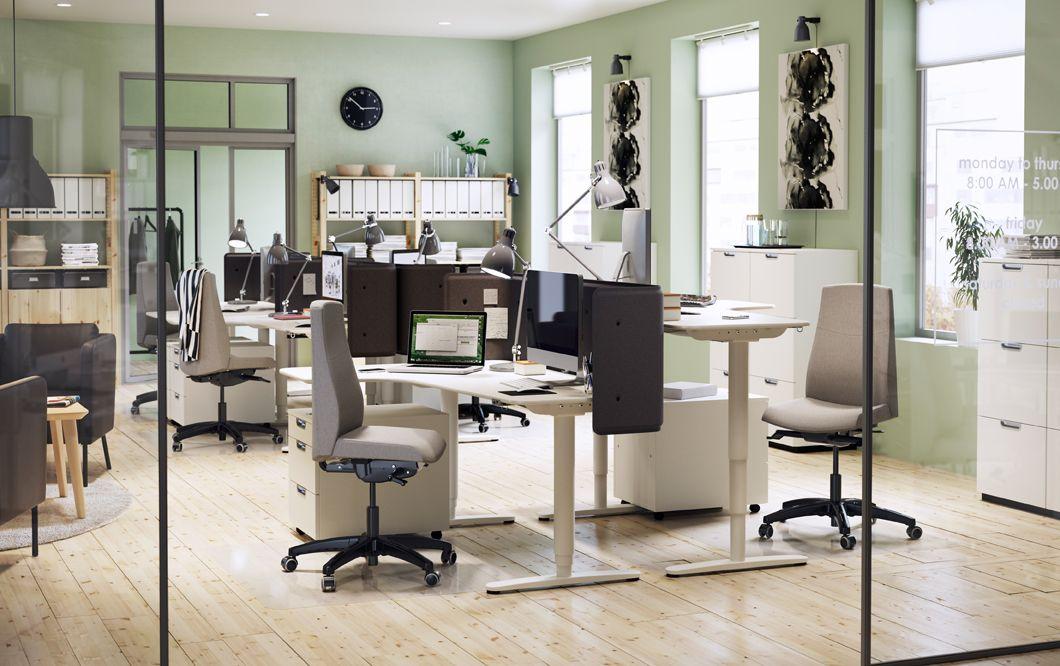 Un environnement de bureau blanc gris et vert avec bureaux d