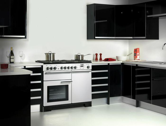 Piano De Cuisson Falcon Professional Deluxe 100 Dans Une Cuisine En Noir Et  Blanc