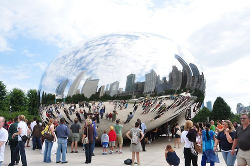 Arte em Chicago: a Cloud Gate, localizada no Millennium Park, é uma obra de arte e tanto. Foi produzida pelo artista Anish Kapoor, que se inspirou no mercúrio em seu estado líquido para criá-la.