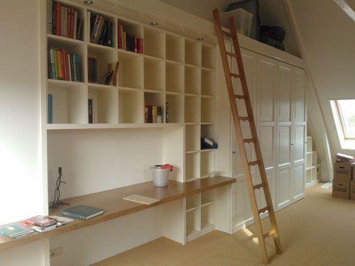 Een kastenwand met bureau trapje boekenkast en opslagruimte