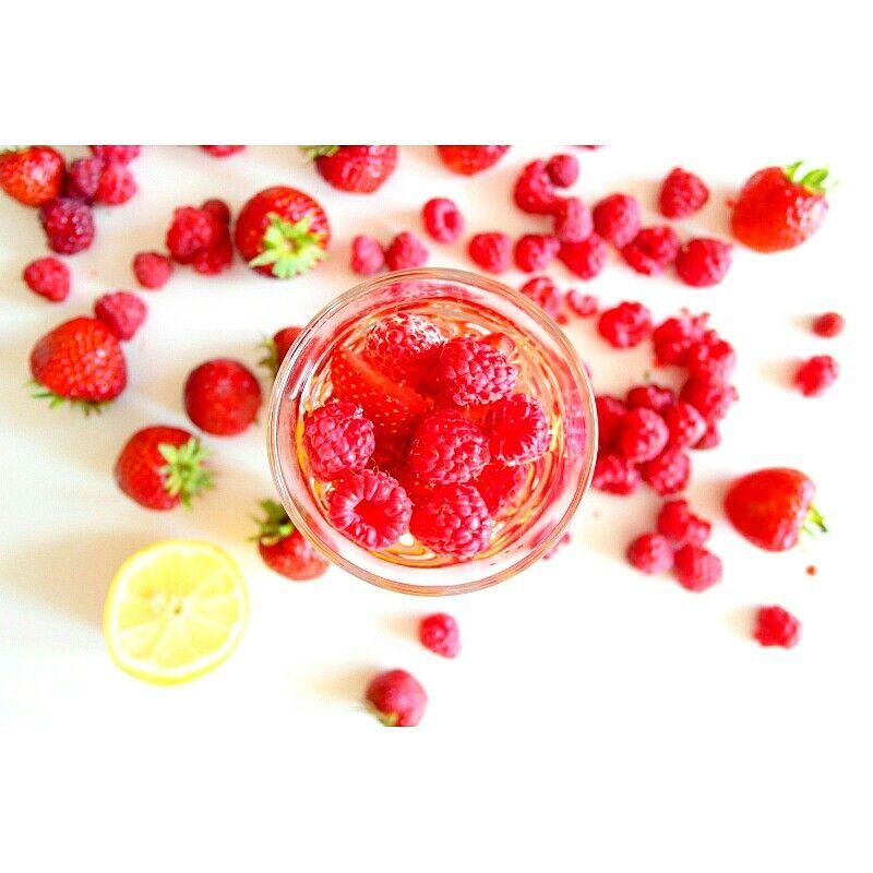 U mnie woda ze świeżymi owocami  zawsze jest dobra i zdrowa  U mnie dzisiaj  ❤ truskawkowo-malinowo-cytrynowa ❤