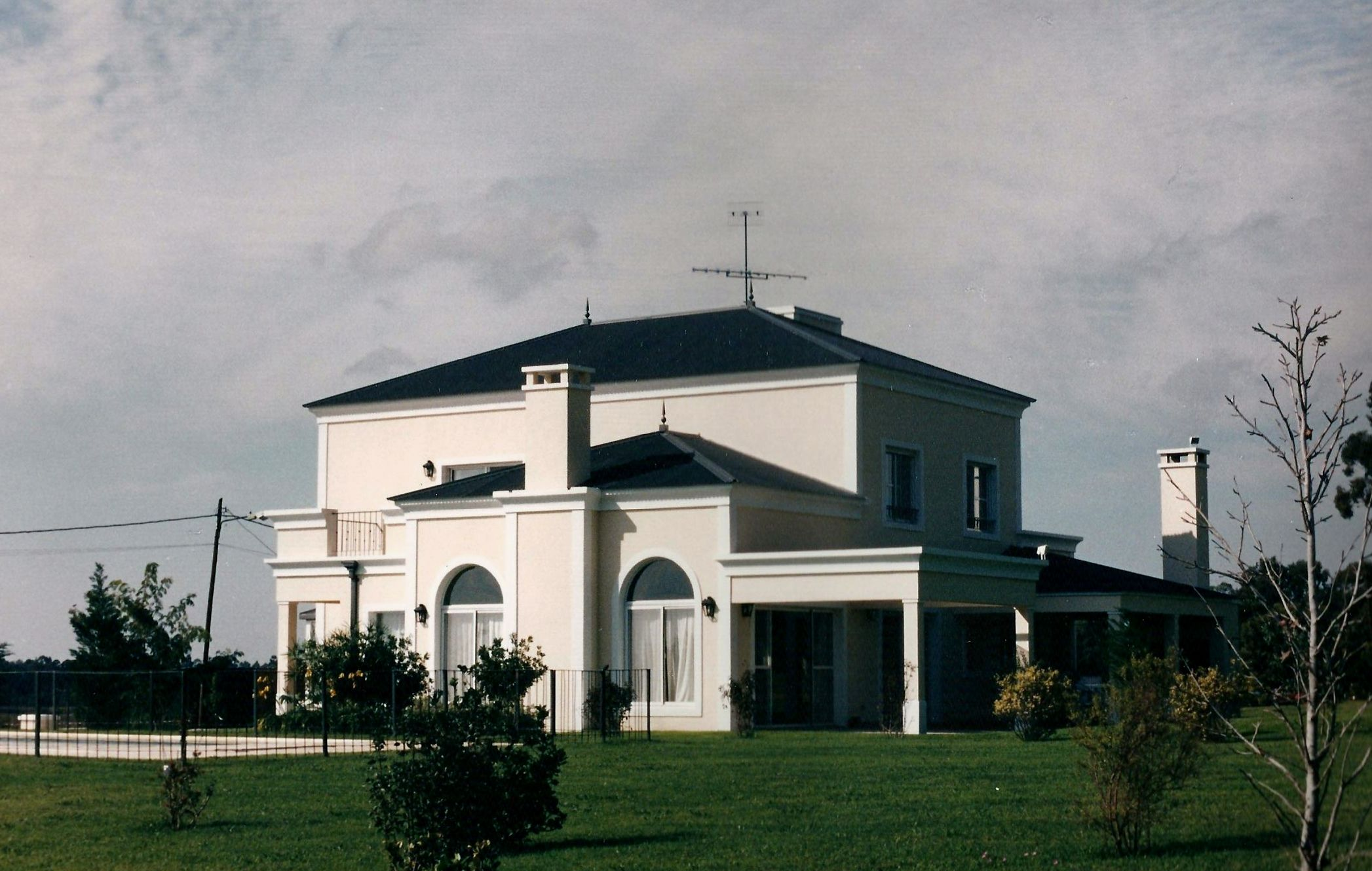 Casa cl sica con techo de chapa en newman cc estudio for Casa clasica techo inclinado procrear