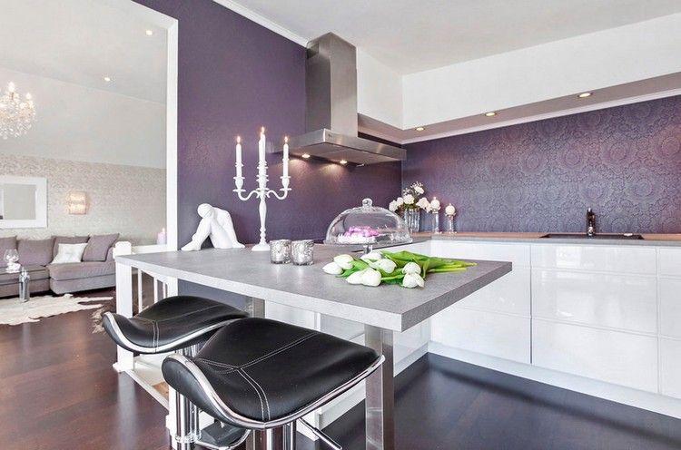 cuisine violette avec crédence à motifs d\u0027ornementation, table de