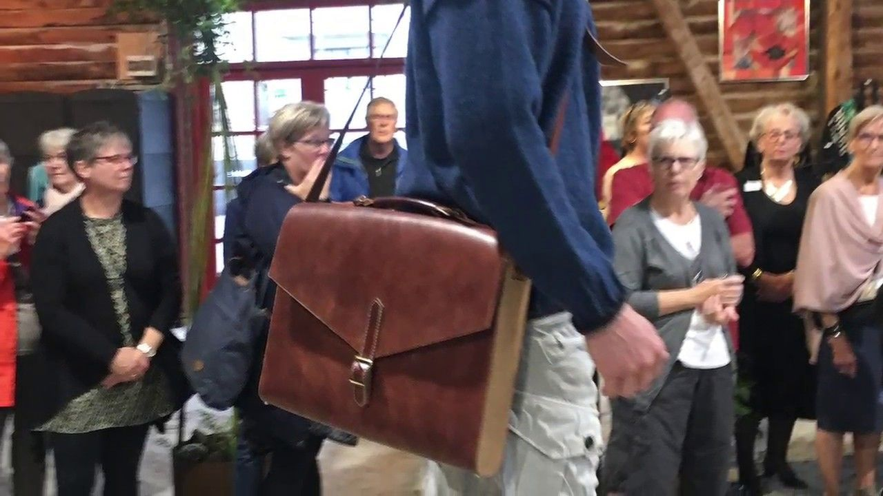 Catwark With Laptop Bag In Leather And Upcycle Wood Udstilling