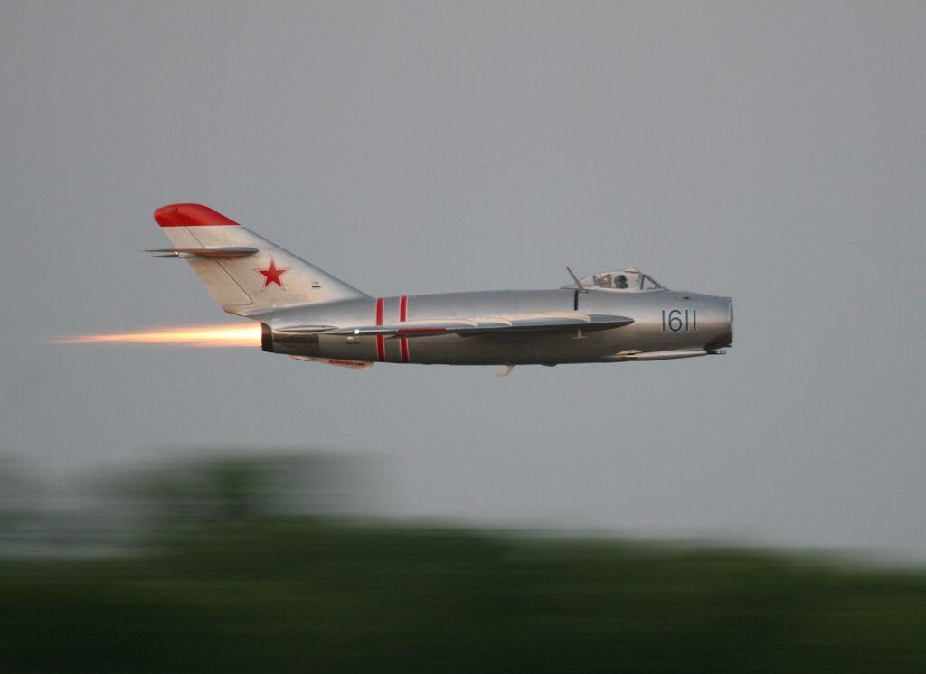 Para decolar, o MiG-17 era capaz de voar com pós-combustão.