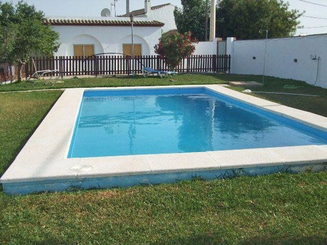 Chalet con piscina vallada apartamentos en conil for Oferta alquiler casa piscina agosto