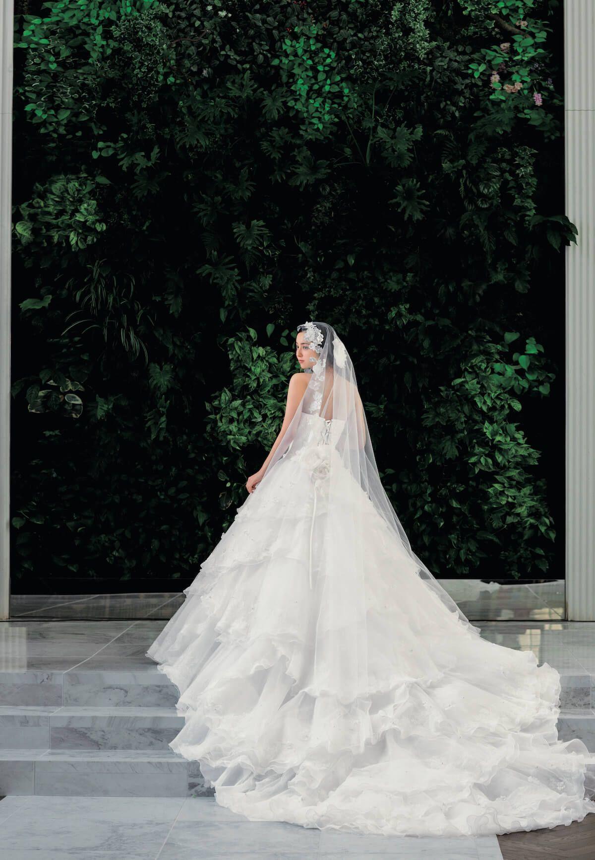 2bcb6943a33c0 「佐々木希コレクション」のウェディングドレス・カラードレスのカタログ。佐々木希さんの透明感と輝きを表現した、華やかで贅沢なコレクションです。